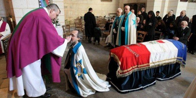 les-cercueil-etait-recouvert-du-drapeau-tricolore-de-la_1554517_800x400