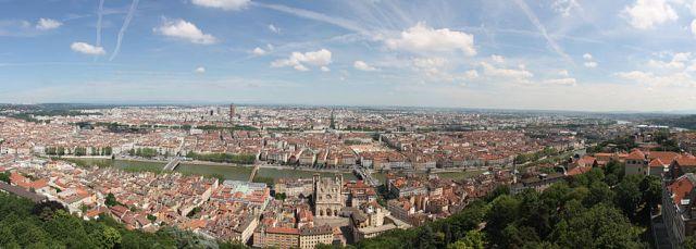 900px-01._Panorama_de_Lyon_pris_depuis_le_toit_de_la_Basilique_de_Fourvière