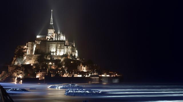et-le-mont-saint-michel-sest-illumine