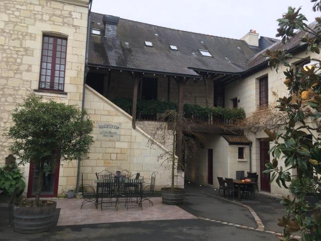 Fontevraud l'Abbaye. Hôtel de la Croix Blanche. La salle de réunion se situe au premier étage en haut de l'escalier extérieur